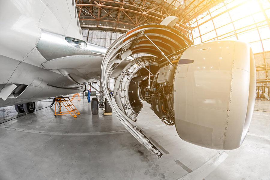 Triebwerk eines Flugzeugs im Hangar