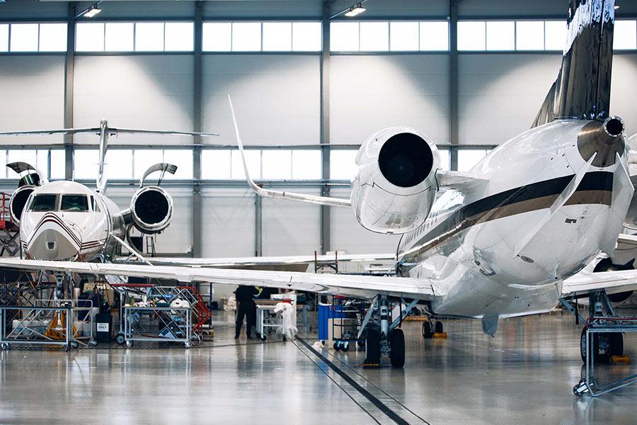zwei Flugzeuge im Hangar